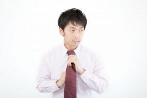 ネクタイを締める新入社員